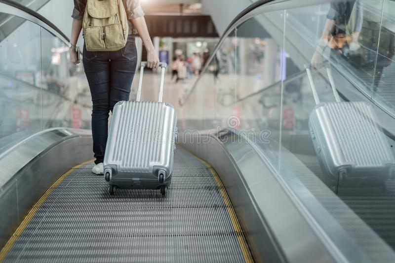 Partie inf?rieure du corps haute ?troite de voyageuse de femme avec la valise de bagage allant ? autour du monde en avion Tourist image libre de droits