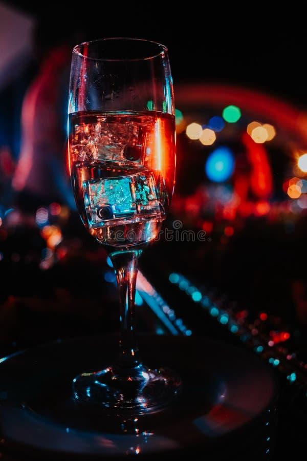 Partie légère de nuit de vacances colorée par glace en verre de cocktail photo libre de droits