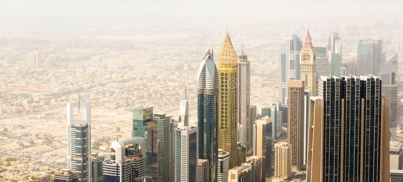 Partie moderne et vieille de la vue de ville de Dubaï de la tour de Burj Khalifa image libre de droits