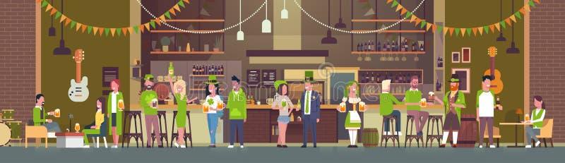 Partie pour le jour de St Patricks dans le bar ou la barre irlandais avec le groupe de personnes portant les vêtements verts et b illustration de vecteur