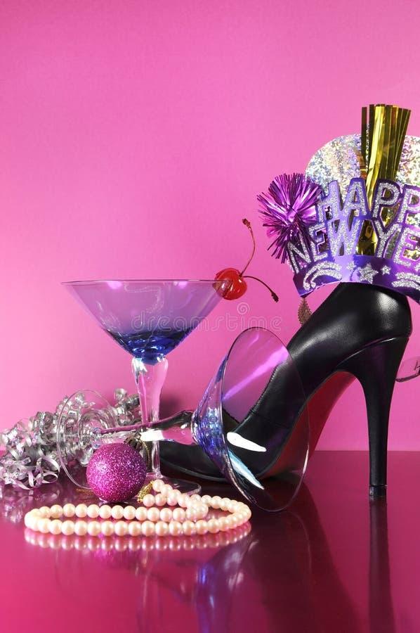Partie rose de bonne année de thème avec le verre de cocktail bleu de martini de vintage et les nouvelles années de décorations d images stock