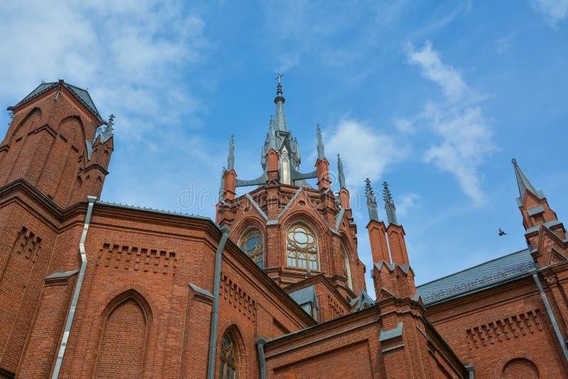 Partie supérieure de la cathédrale catholique sur le fond de ciel photo stock