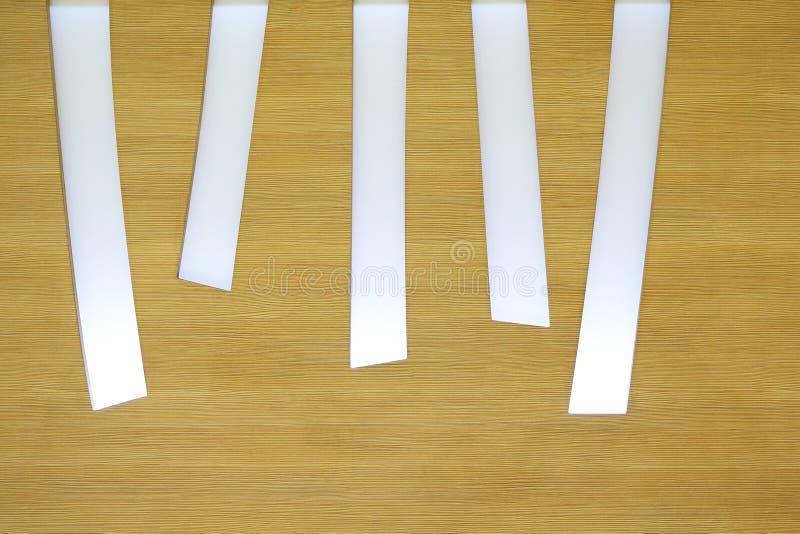Partie supérieure du comptoir en bois vide de barre avec la tache floue de café-restaurant au foyer sélectif de fond foncé de nui image libre de droits