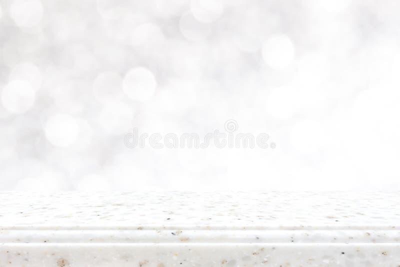 Partie supérieure du comptoir en pierre sur le fond de blanc de bokeh image stock