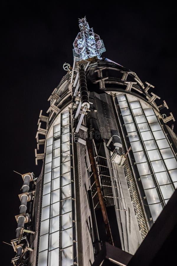 Partie très supérieure de l'Empire State Building la nuit de photo libre de droits