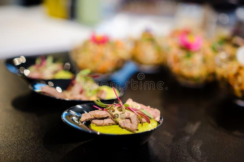 Parties de bifteck de boeuf de nourriture de restauration photo libre de droits