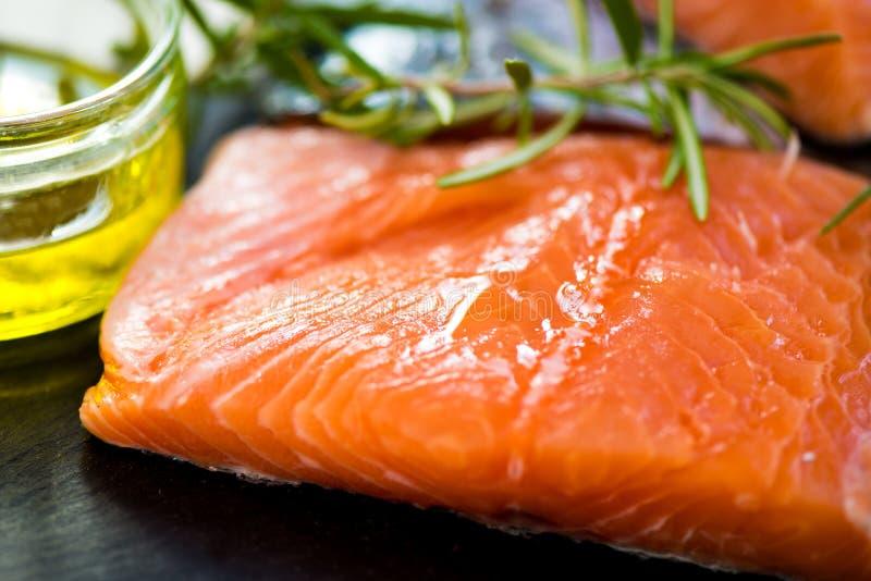 Parties de Salmon Fillets cru frais avec les herbes aromatiques et l'Oli photos libres de droits