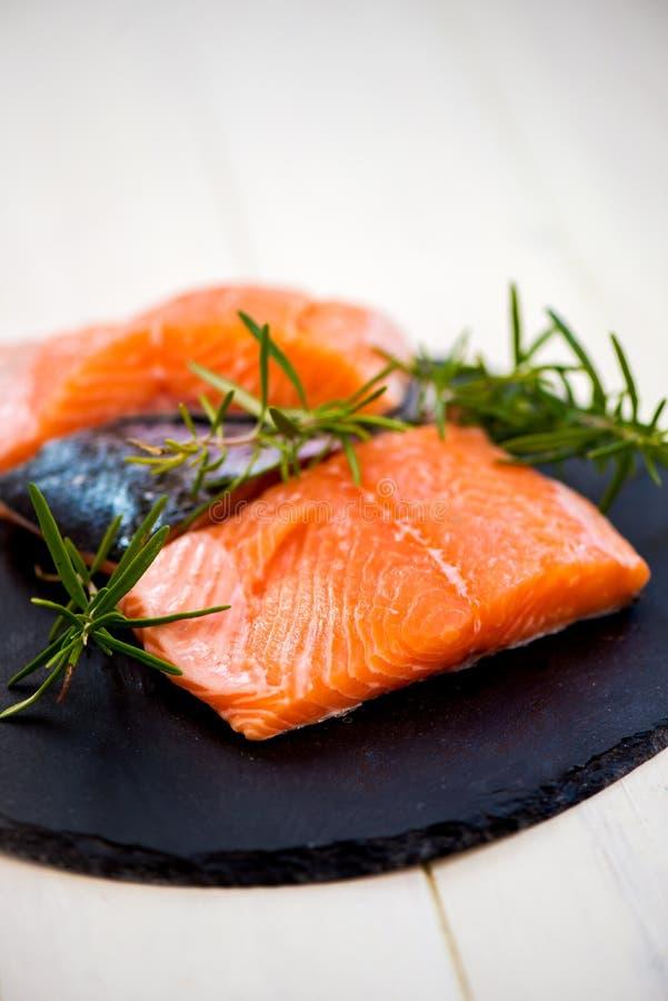 Parties de Salmon Fillets frais avec les herbes et les épices aromatiques image stock