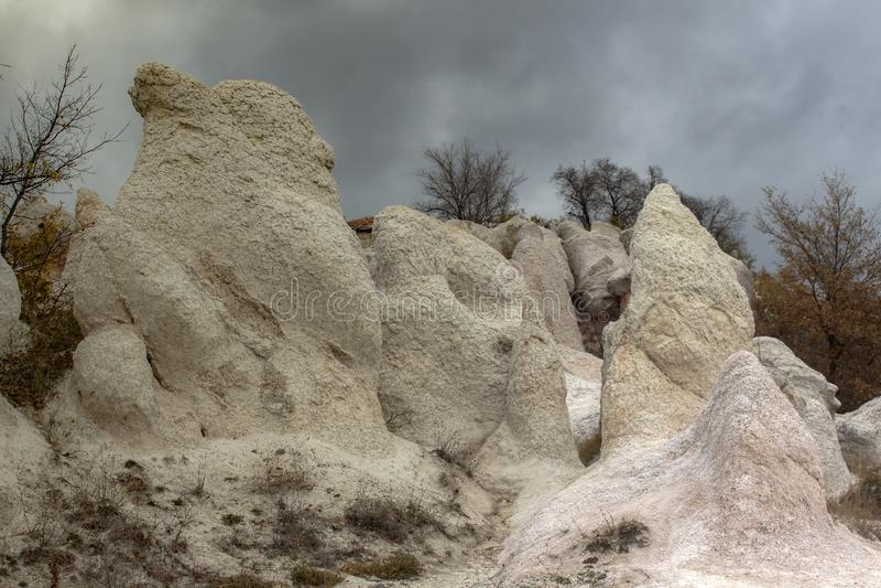 """Parties du phénomène de roche """"mariage en pierre """"sous un ciel orageux images stock"""