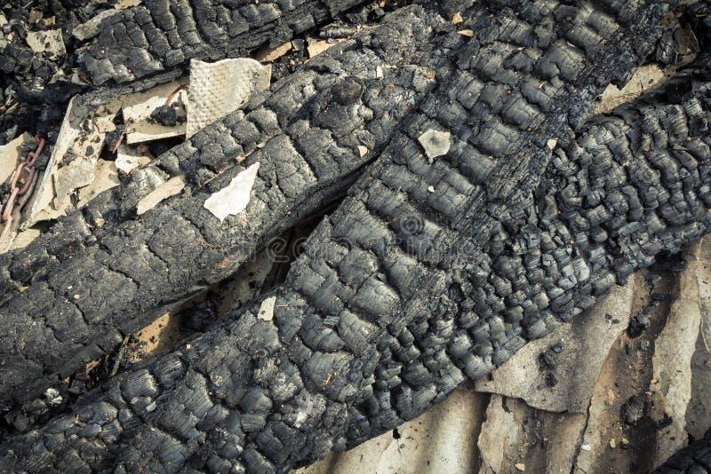 Parties en bois carbonisées d'une maison brûlée dans la campagne photo stock