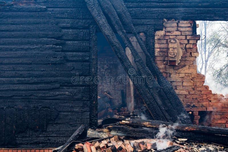 Parties en bois carbonisées d'une maison brûlée dans la campagne photographie stock libre de droits