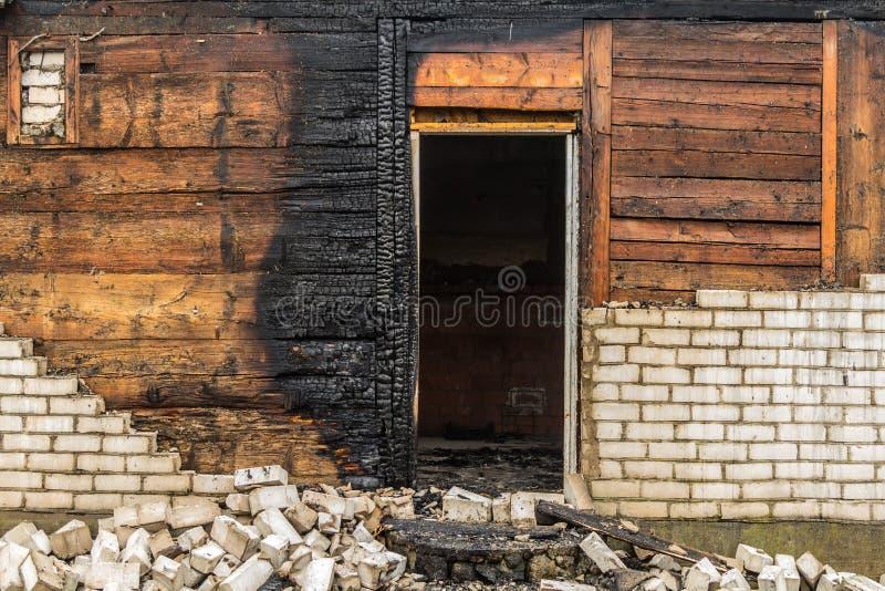 Parties en bois carbonisées d'une maison brûlée dans la campagne image libre de droits