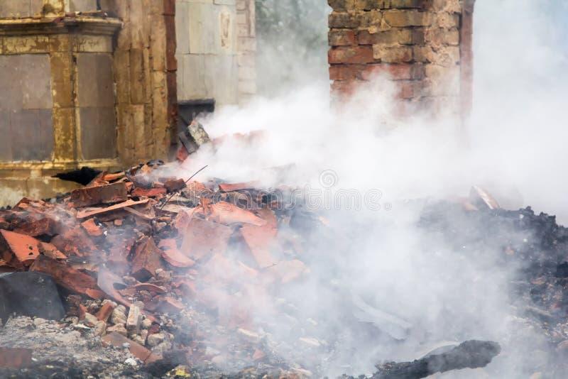 Parties en bois carbonisées d'une maison brûlée dans la campagne photographie stock