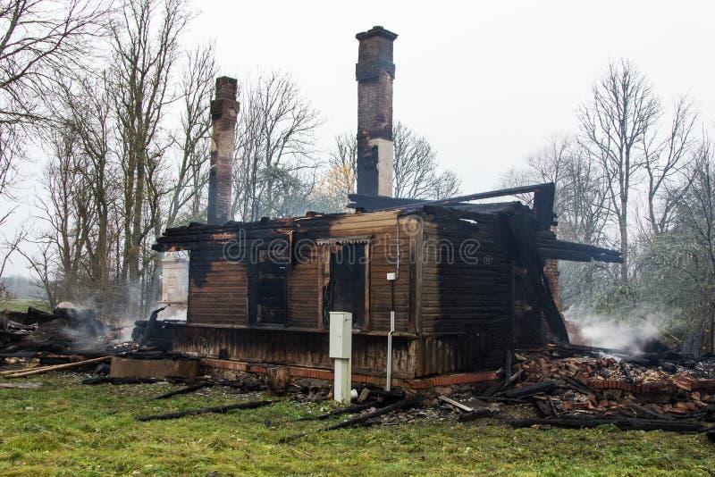 Parties en bois carbonisées d'une maison brûlée dans la campagne photos libres de droits