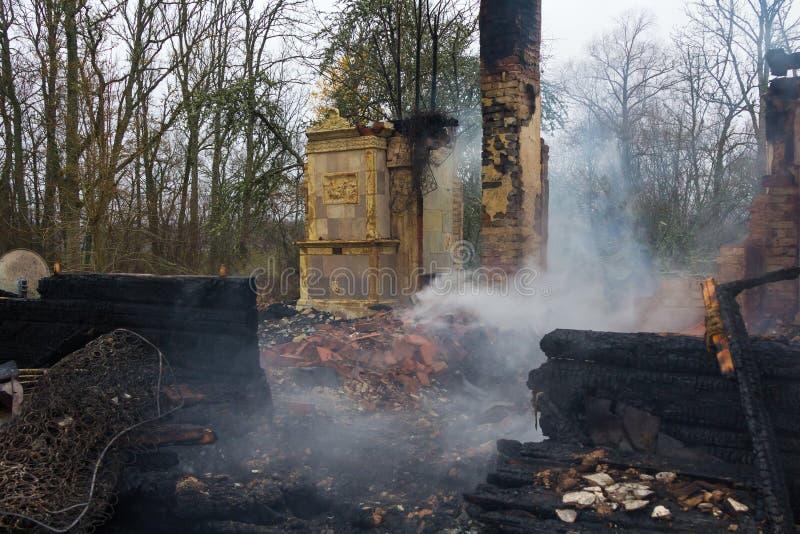 Parties en bois carbonisées d'une maison brûlée dans la campagne photo libre de droits