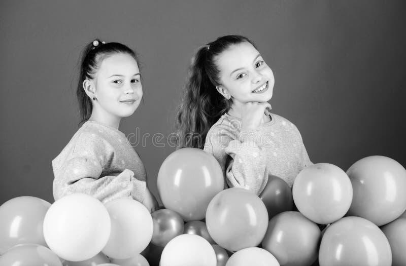 Partiet ?r p? Lyckliga barn som spelar med luftballonger Anv?nda ballonger f?r f?delsedagber?m roliga flickor som har little fotografering för bildbyråer