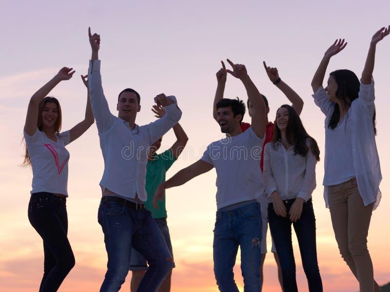 Partifolk på solnedgång royaltyfri fotografi