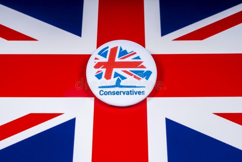 Partii Konserwatywnej odznaka nad UK flagą obrazy stock