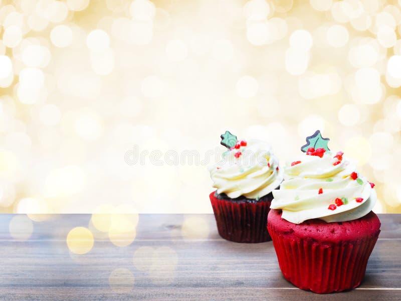 Partij cupcakes met de vorm van de Kerstmisboom op houten lijst royalty-vrije stock fotografie