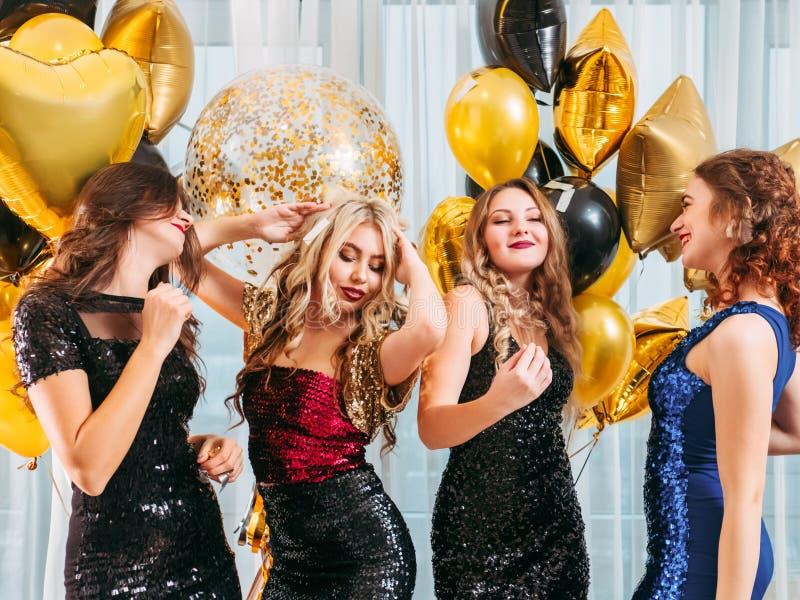 Partij dansende meisjes die feestelijk kapsel uitstallen royalty-vrije stock foto's
