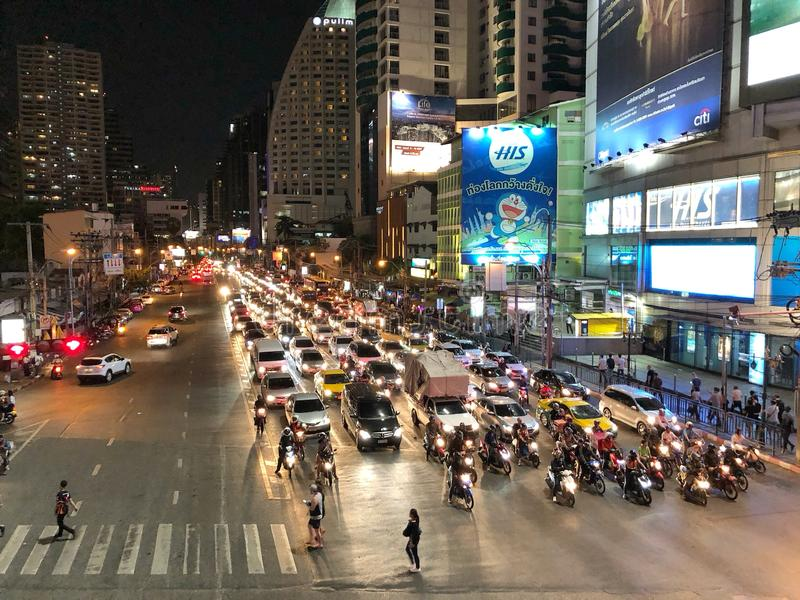 Partij die van auto en motorfiets op het verkeerslicht wachten royalty-vrije stock fotografie