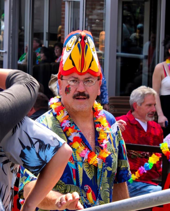 Partij goer in parrotheadhoed en lei en mardigrasparels met tijdelijke tatoegering bij pre-overlegpartij bij Macht en Licht Distr royalty-vrije stock foto's