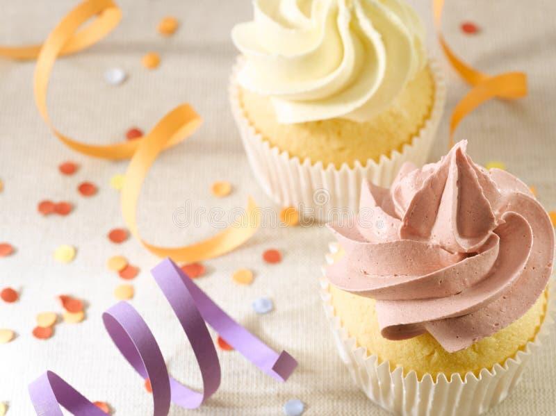 Partij met Confettien en Cupcakes stock afbeelding
