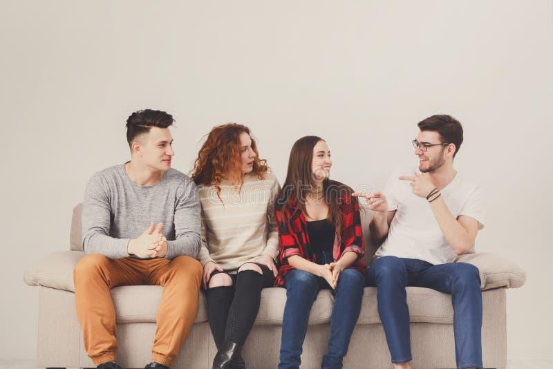 Partij met vrienden, jongeren die op laag zitten stock foto's
