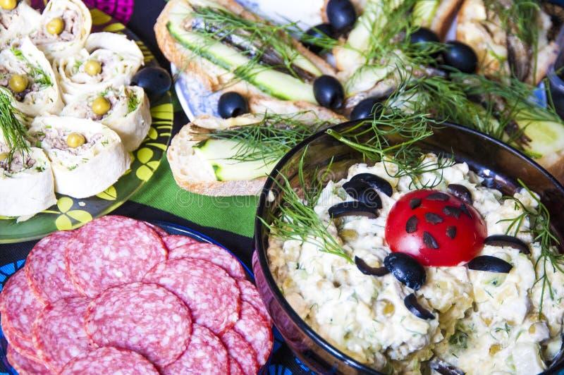 Partij smakelijk voedsel op de lijst voor viering thuis stock afbeeldingen