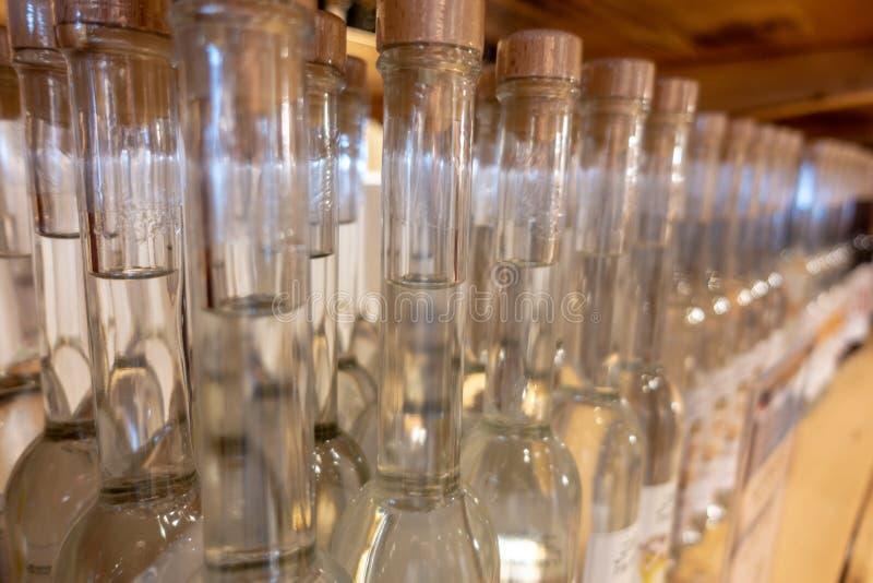 partij van alcoholflessen in een plank stock afbeeldingen