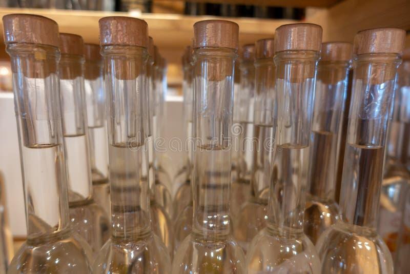partij van alcoholflessen in een plank royalty-vrije stock afbeelding