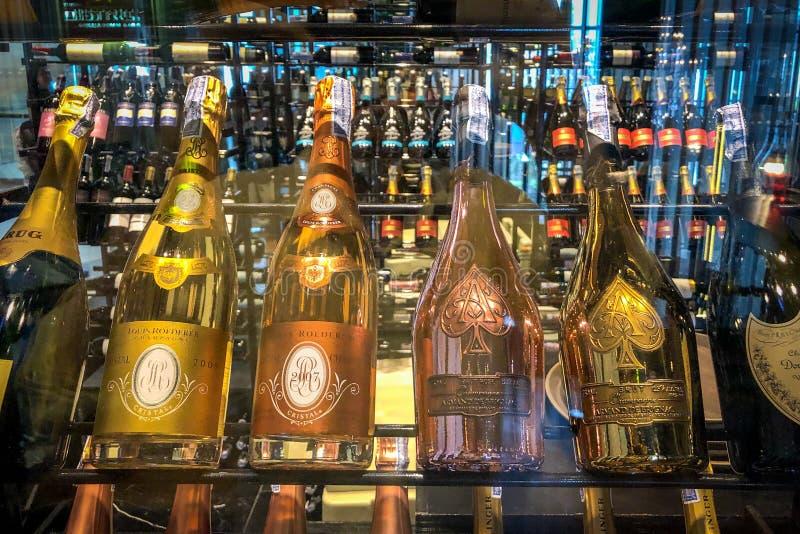 Partij van Champagne op plank stock afbeelding