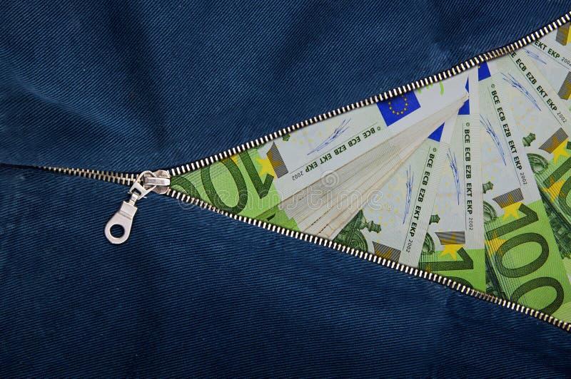 Partij van geld uit de euro bankbiljetten Het concept van de geldritssluiting stock foto