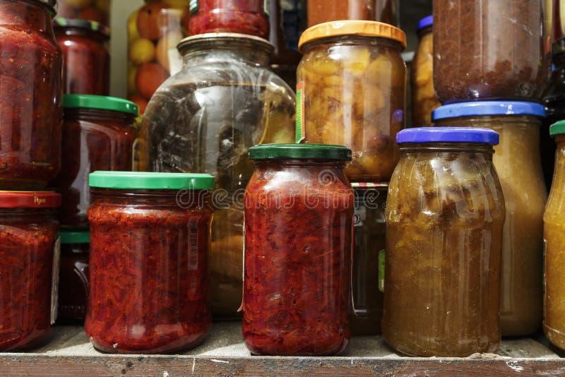 Partij van ingeblikte groenten in kruik stock foto