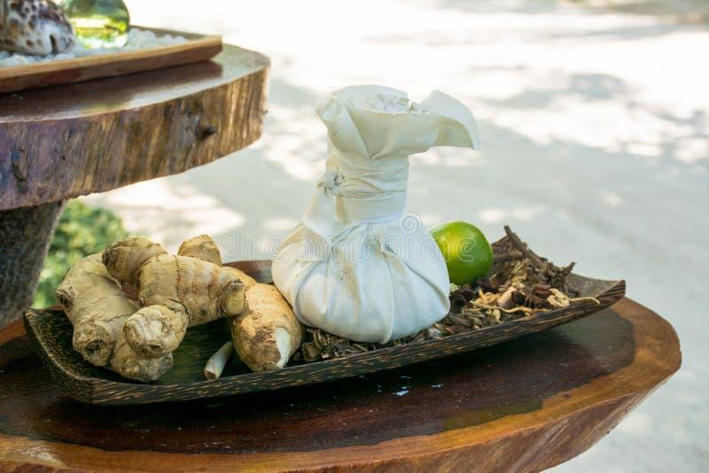Partij van smaakstoffen, species en specerijen op de houten plank royalty-vrije stock foto