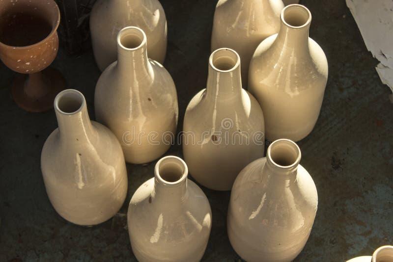 Partij van traditioneel met de hand gemaakt flessenontwerp van ruw ceramisch materiaal stock foto's