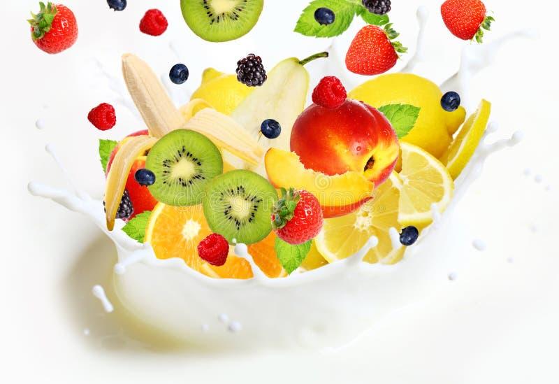 Partij van verschillende vruchten die in melk vallen stock afbeelding