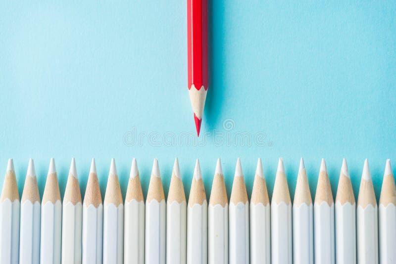 Partij van wit potloden en kleurenpotlood op blauwe document achtergrond Het het symbool van ` s van strijd, leiding en mededelin royalty-vrije stock foto's