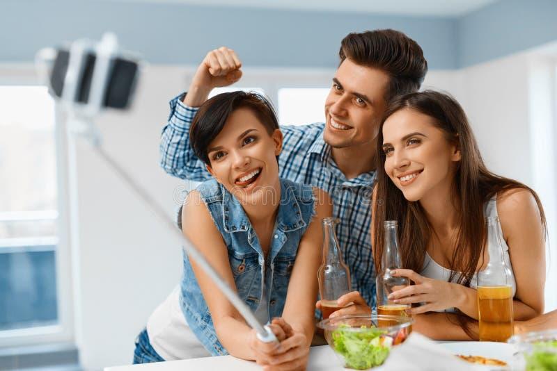 Partij Vrienden die Selfie-Portretfoto maken die Smartphone gebruiken Fr stock foto's