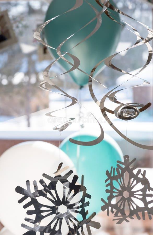Download Partijballons En Linten Die In Huis In De Winter Hangen Stock Afbeelding - Afbeelding bestaande uit viering, vakantie: 107706727