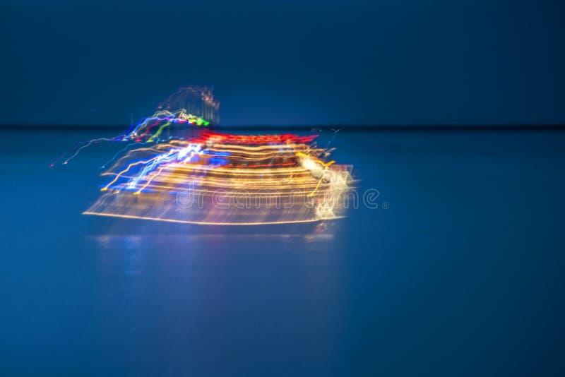 Partijboot op het oceaanonduidelijke beeld stock foto