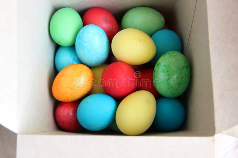 partijen multicolored eieren in een witte doos royalty-vrije stock afbeelding