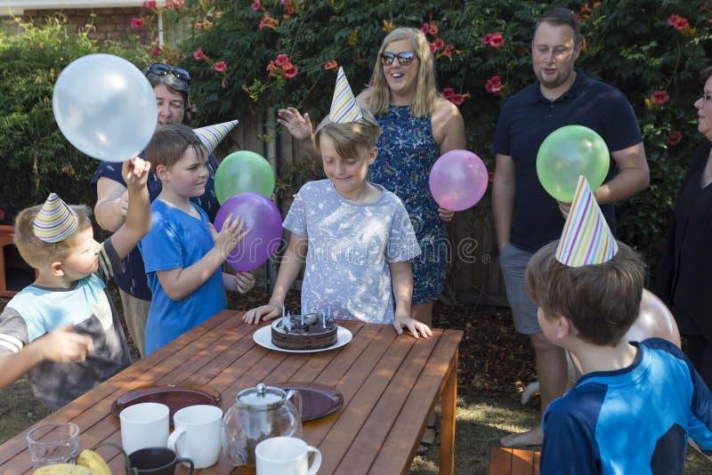 Partijhoeden en cake royalty-vrije stock afbeelding