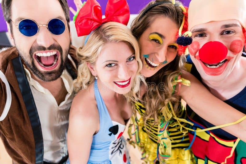 Partijmensen die Carnaval of nieuwe jarenvooravond vieren stock fotografie