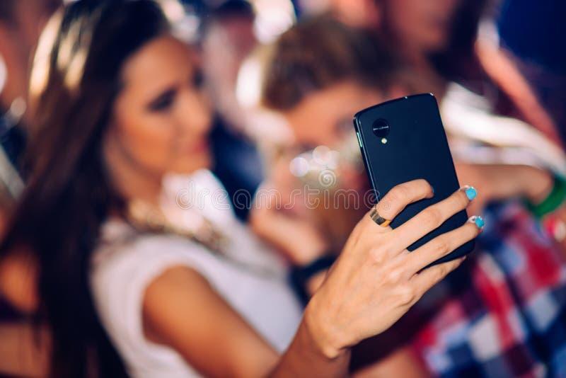 Partijmensen die selfie nemen stock fotografie