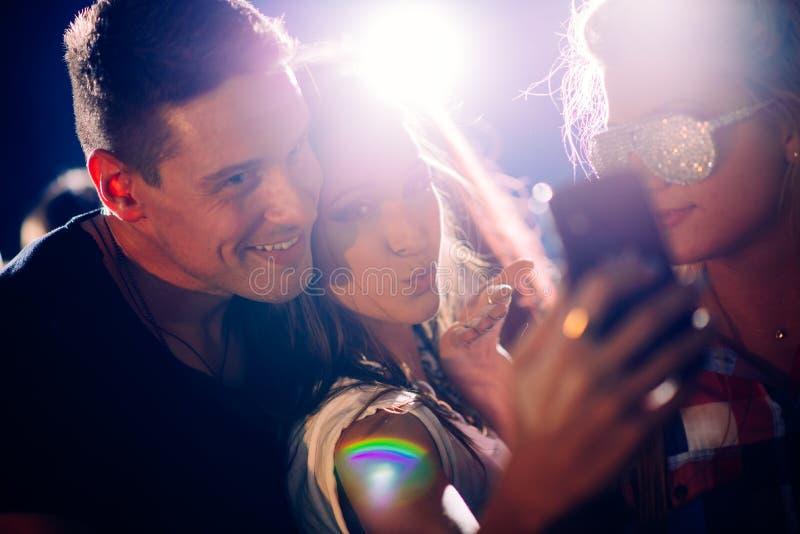 Partijmensen die selfie nemen royalty-vrije stock fotografie