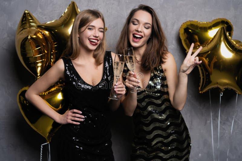 Partijpret Mooie meisjes die Nieuwjaar vieren Portret van Schitterende Glimlachende Jonge Vrouwen die Partij van Viering genieten stock fotografie