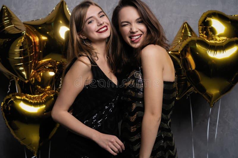 Partijpret Mooie meisjes die Nieuwjaar vieren Portret van Schitterende Glimlachende Jonge Vrouwen die Partij van Viering genieten stock foto's