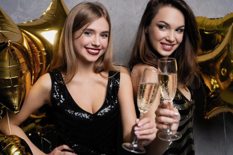 Partijpret Mooie meisjes die Nieuwjaar vieren Portret van Schitterende Glimlachende Jonge Vrouwen die Partij van Viering genieten royalty-vrije stock foto