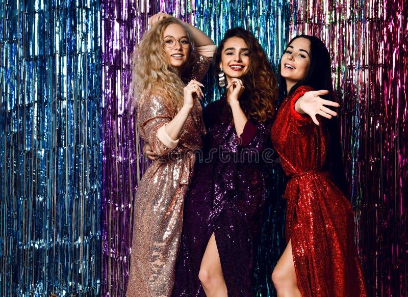 Partijtijd van drie mooie modieuze vrouwen die in elegante uitrusting nieuw jaar, verjaardag vieren, die pret, het dansen hebben royalty-vrije stock foto's